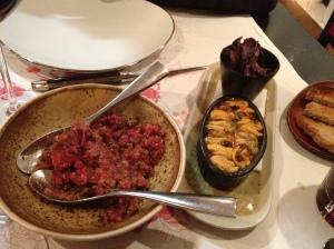 Le tartare de bœuf et les moules à l'escabèche